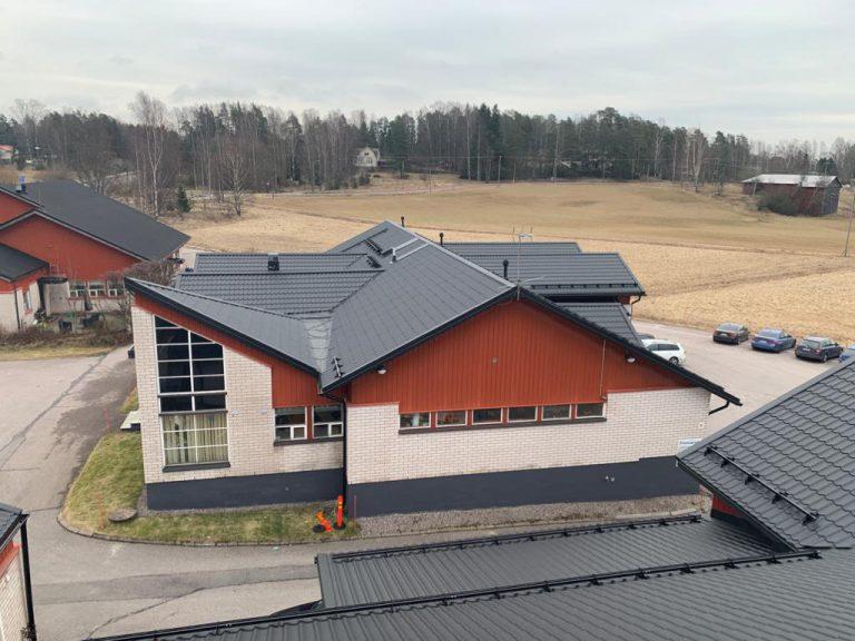 Finnvacumin 90-luvun rakennuksia laajennettiin 2000-luvun alussa. Järki-Saneeraus tilattiin pari vuotta sitten korjaamaan yksi katoista ja tänä keväänä korjattiin loputkin. Remontoitavaa kattopinta-alaa oli yhteensä 1820 m2.