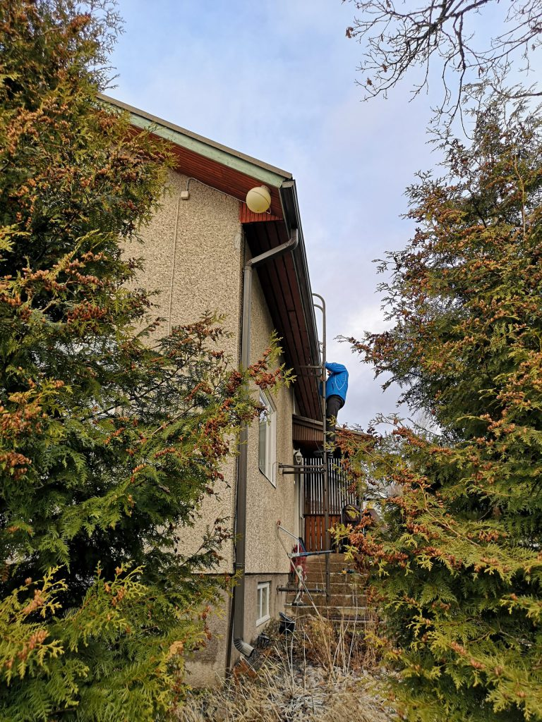 Eerik kartoittamassa kattoa ennen remonttia.