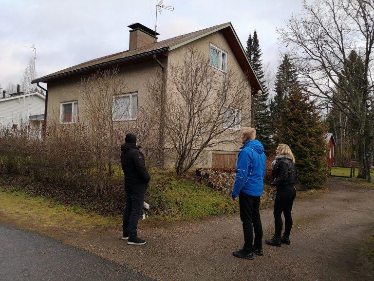 Henkka ja Järki-Saneerauksen Eerik ja Eveliina pohtimassa, millainen katto laitetaan vanhan tilalle.